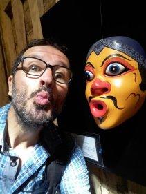 je fais des grimaces au Musée des masques et de la marionnette de Ubud (Setia Darma House)