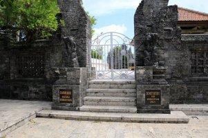 sympa le temple d'Uluwatu fermé à la visite