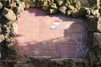 en redescendant de l'ascension du mont Batur, la stèle d'informations