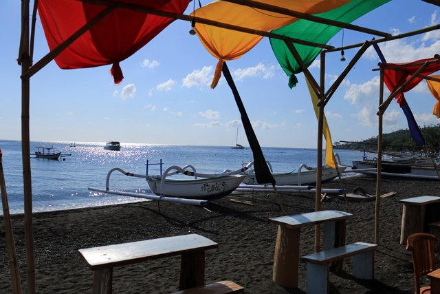 sur la plage d'Amed, attendant le speed boat vers Gili Air