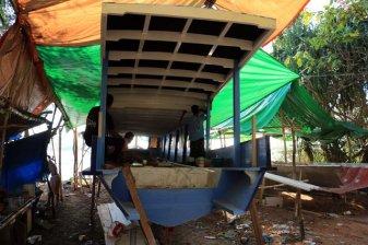 pêcheurs réparant leur bateau sur Gili Meno