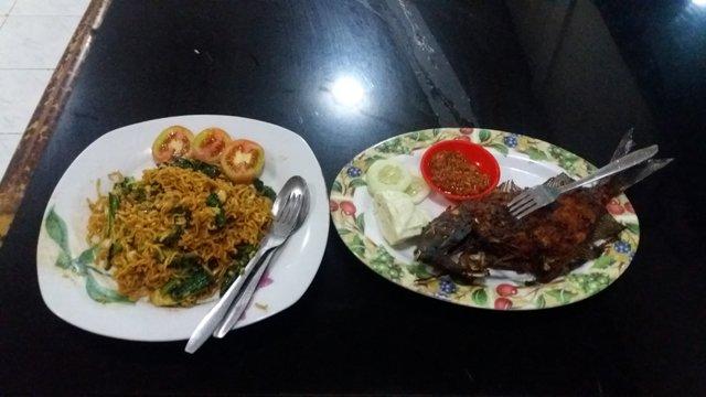 poisson au barbecue et mie goreng (nouilles sautées)