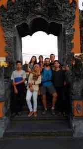 je joue une dernière fois la star, sur le site de Tanah Lot. (Indonésie 2017) L'autre ailleurs , voyager autrement. Voyager c'est aller vers un autre pays, une autre culture, un autre ailleurs. Le voyage ouvre l'esprit autant que le cœur, pour peu qu'on soit à l'écoute. Parce que le monde nous apprend tant sur lui et sur nous, lorsque nous le parcourons, j'aimerais partager ma modeste expérience et donner l'envie au lecteur de cet autre ailleurs. Thierry