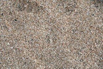 petit jeu, trouvez ce qui se cache parmi les grains de sables (sur la plage de Kuta Lombok)