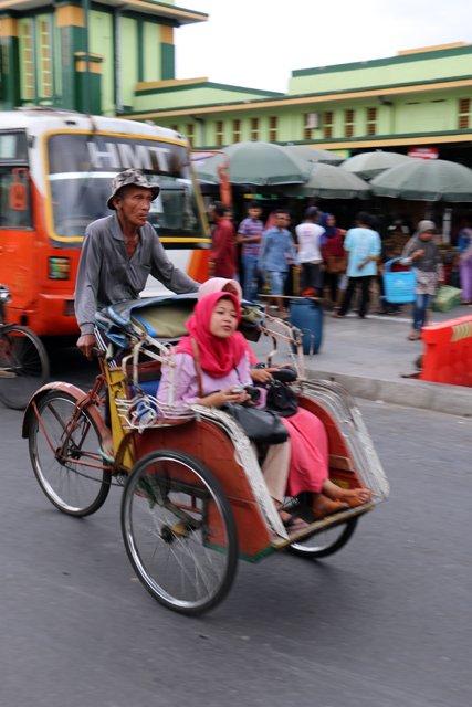 becak dans la rue principale de Malioboro