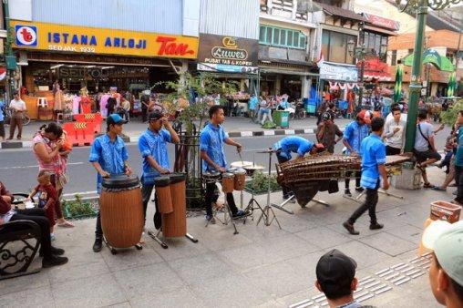 musiciens de rue dans la rue principale de Malioboro