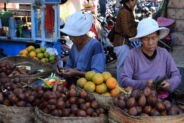marché de Sukawati (Bali ~ Indonésie 2017) L'autre ailleurs , voyager autrement. Voyager c'est aller vers un autre pays, une autre culture, un autre ailleurs. Le voyage ouvre l'esprit autant que le cœur, pour peu qu'on soit à l'écoute. Parce que le monde nous apprend tant sur lui et sur nous, lorsque nous le parcourons, j'aimerais partager ma modeste expérience et donner l'envie au lecteur de cet autre ailleurs. Thierry