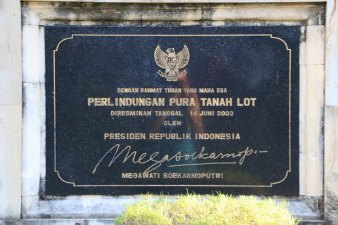 le ridicule site de Tanah Lot (Indonésie 2017) L'autre ailleurs , voyager autrement. Voyager c'est aller vers un autre pays, une autre culture, un autre ailleurs. Le voyage ouvre l'esprit autant que le cœur, pour peu qu'on soit à l'écoute. Parce que le monde nous apprend tant sur lui et sur nous, lorsque nous le parcourons, j'aimerais partager ma modeste expérience et donner l'envie au lecteur de cet autre ailleurs. Thierry