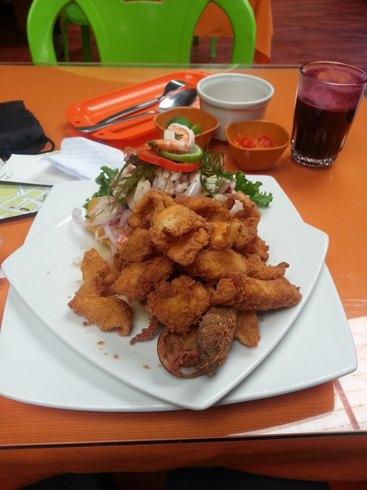 Ceviche et jus de maïs noir dans un restaurant (Pérou)