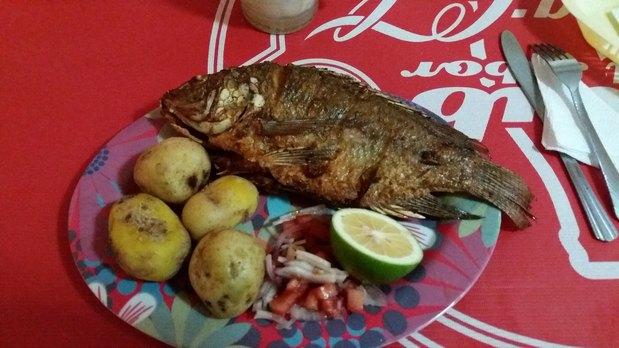 Tilapia (poisson) pommes de terre , maïs grillé (Equateur)