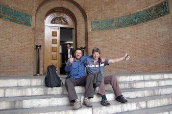 avec Mick Willis mon ami downunder :) devant le musée national que nous venons de visiter - l'autre ailleurs en Iran, une autre idée du voyage