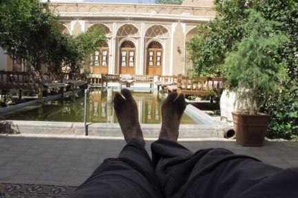les pieds en éventail dans mon hôtel à Yazd, le Traditional Kohan Hotel - l'autre ailleurs en Iran, une autre idée du voyage