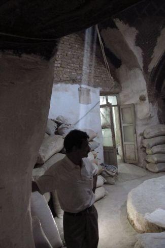 photo prise dans les sous-sols du bazaar où j'ai pu accéder grâce à un marchand à Ispahan - l'autre ailleurs en Iran, une autre idée du voyage