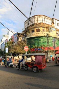 Tuk tuk dans la ville - L'autre ailleurs au Cambodge