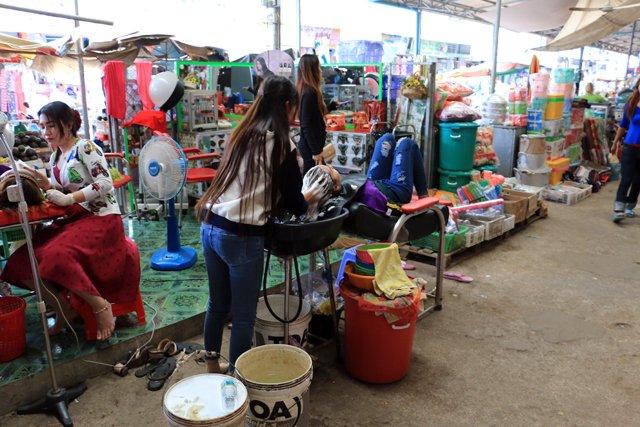 on peut même se faire coiffer au marché de tout à Battambang
