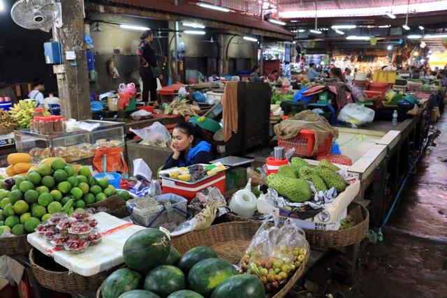 grosse fatigue se faire dans le vieux marché à Siem Reap - L'autre ailleurs au Cambodge