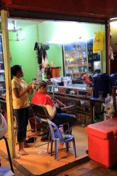 se faire couper les cheveux dans le vieux marché à Siem Reap - L'autre ailleurs au Cambodge