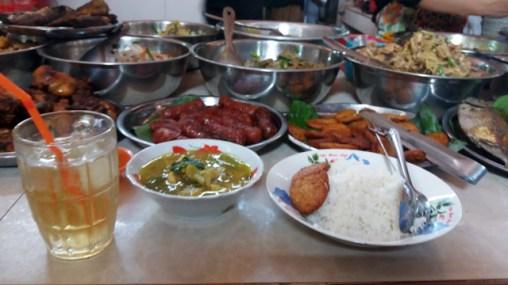 déjeuner dans le marché de Kampot