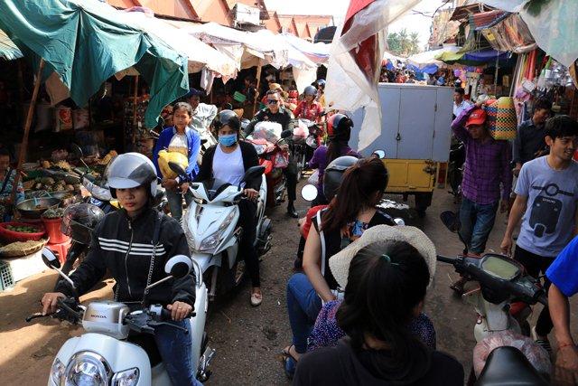 marché Phsar Leu à Siem Reap et le scooter partout !