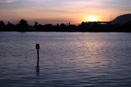 à Kampot le coucher du soleil sur la rivière Stung Sanka