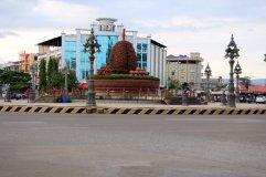 un rond-point bien kitch comme bon nombre ici à Kampot et au Cambodge
