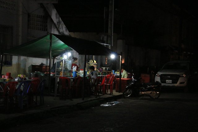Kampot de nuit et sa street food.