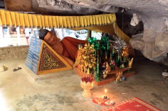 grotte près de la ville de Kampong Trach