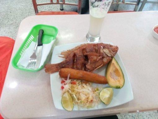 déjeuner à mon arrivée au terminal terrestre de Bogotá - l'autre ailleurs en Colombie, une autre idée du voyage