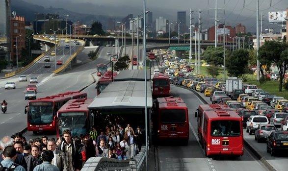 le métro bus, le transmilenio de Bogotá - l'autre ailleurs en Colombie, une autre idée du voyage