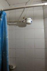 la douche (électrique) de ma chambre dans l'hôtel (Tadaima Hostel Bogota) à Bogotá - l'autre ailleurs en Colombie, une autre idée du voyage