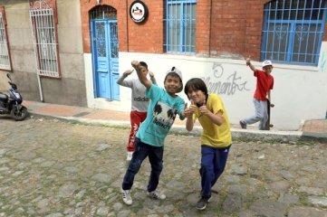 des enfants qui jouent dans la rue de mon hôtel (Tadaima Hostel Bogota) à Bogotá - l'autre ailleurs en Colombie, une autre idée du voyage