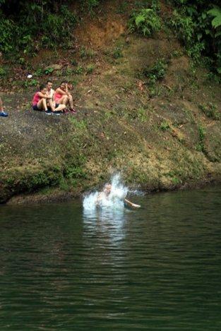 un plouf mérité en pleine chaleur dans la rivière de la réserve naturelle de San Cipriano à 100 Km de Cali en Colombie - l'autre ailleurs en Colombie, une autre idée du voyage