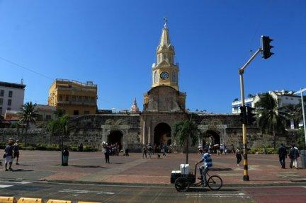 devant la porte d'entrée de Carthagène des Indes - l'autre ailleurs en Colombie, une autre idée du voyage