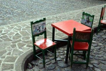 chaises de bar sur la place des libérateurs à Jardin - l'autre ailleurs en Colombie, une autre idée du voyage