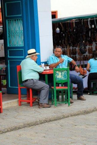 grande discussion près de la place du libérateur à Jardin - l'autre ailleurs en Colombie, une autre idée du voyage