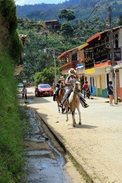 cabelleros dans la rue à Jardin - l'autre ailleurs en Colombie, une autre idée du voyage
