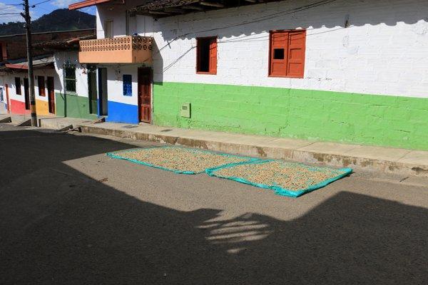 séchage du café dans la rue à Jardin - l'autre ailleurs en Colombie, une autre idée du voyage