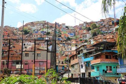 """Dans le quartier """"Comuna 13"""", jadis le lieu le lieu le plus dangereux du monde. Désormais pacifiée, cette favela (quartier pauvre, pour ne pas dire bidonville) se visite pour ses superbes graffiti, ses fresques murales, odes à la paix retrouvée.- l'autre ailleurs en Colombie, une autre idée du voyage"""
