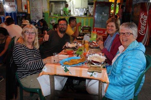 dîner dans la rue truite et patacones sur la place Simon Bolivar de Salento , avec au premier plan de gauche à droite : Roxanne et Johanne du Canada, en arrière plan Christiane de France. - l'autre ailleurs en Colombie, une autre idée du voyage