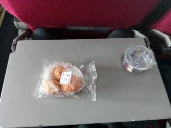 low cost entre Vientiane et Luang Prabang mais petits gâteaux et bouteille d'eau - l'autre ailleurs, une autre idée du voyage