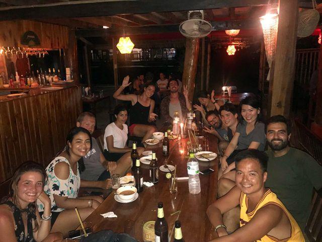 La troupe cosmopolite le deuxième soir autour de quelques bières à Nong Khiaw - l'autre ailleurs, une autre idée du voyage
