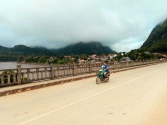sur le pont entre les deux partie de la ville de Nong Khiaw - l'autre ailleurs, une autre idée du voyage
