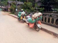 """bien chargés les """"motor bike"""" à Nong Khiaw - l'autre ailleurs, une autre idée du voyage"""