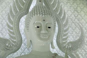 intérieur d'un temple près de l'énorme Bouddha blanc près de Chiang Rai - l'autre ailleurs, une autre idée du voyage