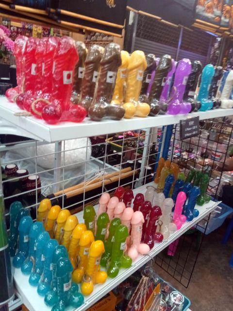 drôle de bougies au Chatuchak WeekEnd Market à Bangkok - l'autre ailleurs, une autre idée du voyage