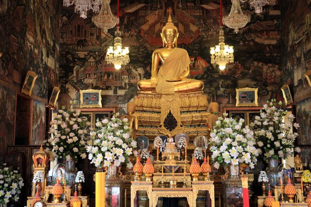 dans le temple Wat Arun Ratchawararam Ratchawaramahawihan à Bangkok - l'autre ailleurs, une autre idée du voyage