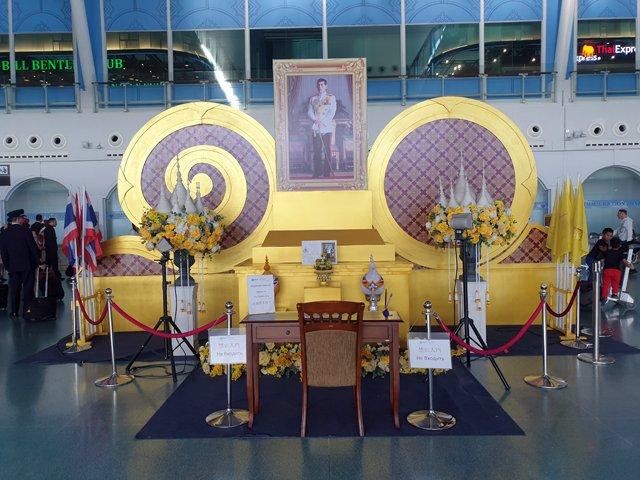 Dans l'aéroport de Phuket, la photo du roi - l'autre ailleurs au Myanmar (Birmanie) et Thaïlande, une autre idée du voyage