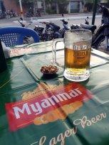 Première bière dans un bar à Mandalay - l'autre ailleurs au Myanmar (Birmanie) et Thaïlande, une autre idée du voyage