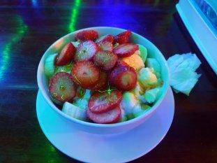 Dîner dans un restaurant végétarien, Marie - Min, un vrai régal à Mandalay En vrai les fraises ne sont pas fluos, c'est l'effet d'une éclairage - l'autre ailleurs au Myanmar (Birmanie) et Thaïlande, une autre idée du voyage