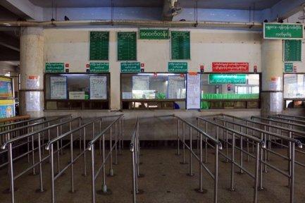 Guichet de la gare ferroviaire de Mandalay - l'autre ailleurs au Myanmar (Birmanie) et Thaïlande, une autre idée du voyage